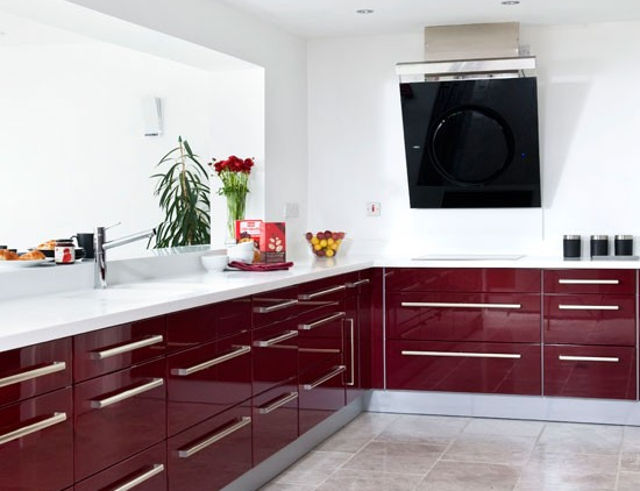 Бордовая кухня с белой столешницей