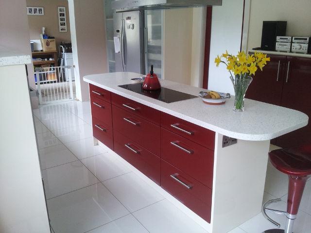 Кухонный бело-бордовый остров