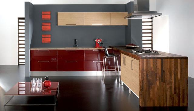 Бордово-бежевая кухня с зебрано