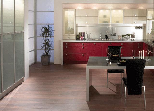 Красивая бордово-бежевая кухня