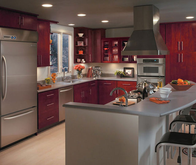 Бордовая кухня с серой столешницей в классическом стиле