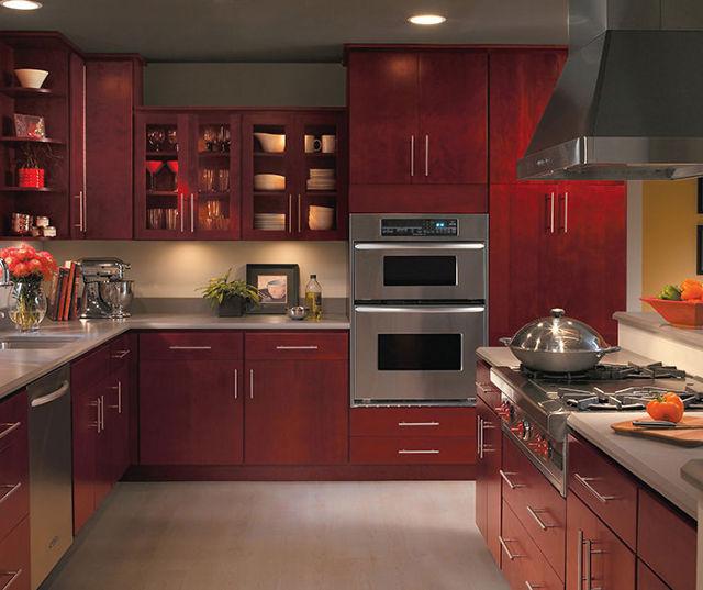 Современная классическая кухня бордового оттенка