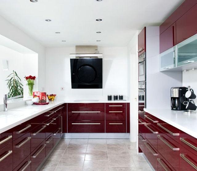 Пол из бежевой плитки - отличный вариант для кухни цвета бордо
