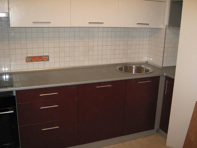 Бело-бордовая кухня с серой столешницей из МДФ