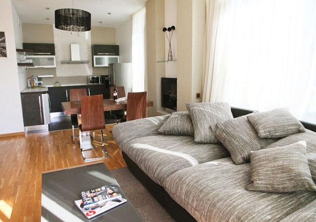 Дизайн современной гостиной, совмещенной с маленькой кухней