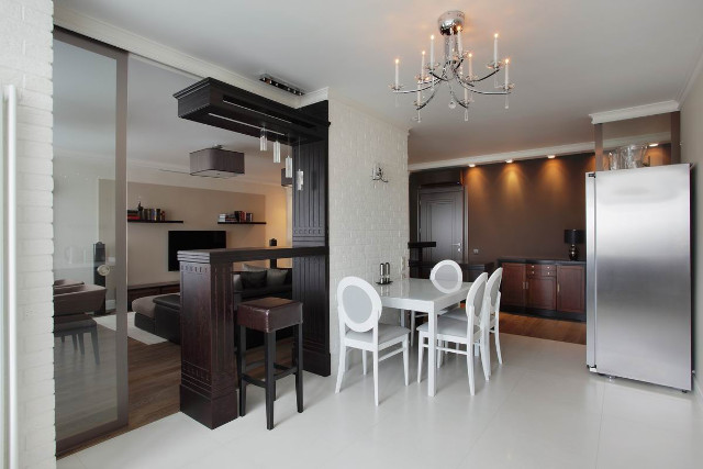Современная гостиная, совмещенная с кухней и столовой