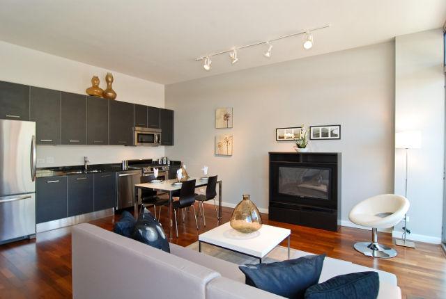 Дизайн уютной кухни-гостиной с камином