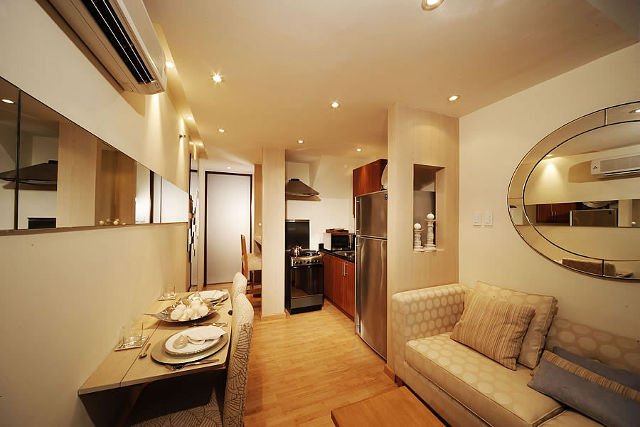 Интерьер узкой кухни-гостиной с консольным столом