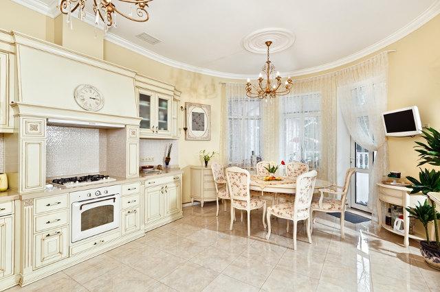 Белая кухня-столовая в классическом стиле