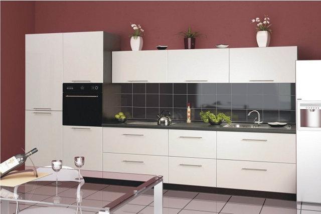 Стильная белая кухня в стиле модерн