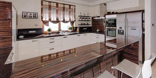 Кухня белого цвета с зебрано