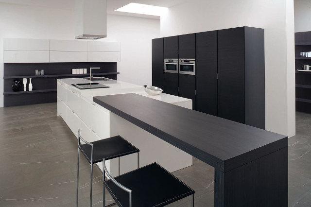 Черно-белая кухня модерн больших размеров