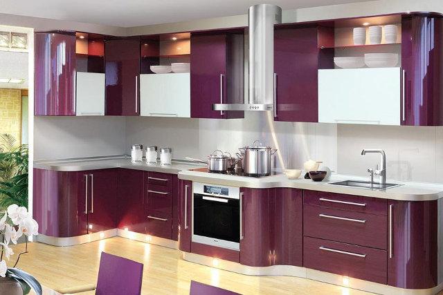 Угловая фиолетовая кухня модерн с глянцевыми фасадами