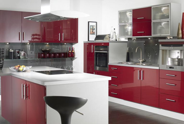 Современная красная кухня с островом