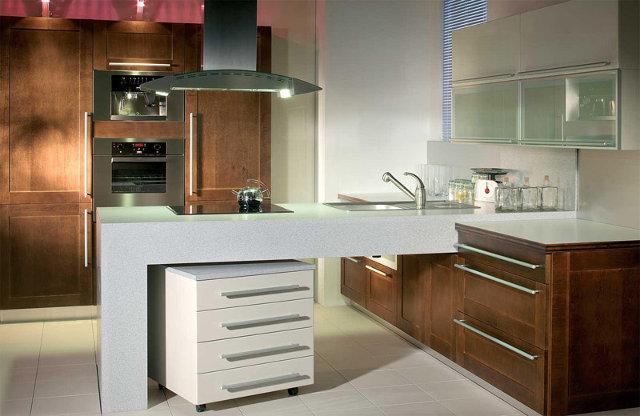 Интерьер просторной кухни в стиле модерн