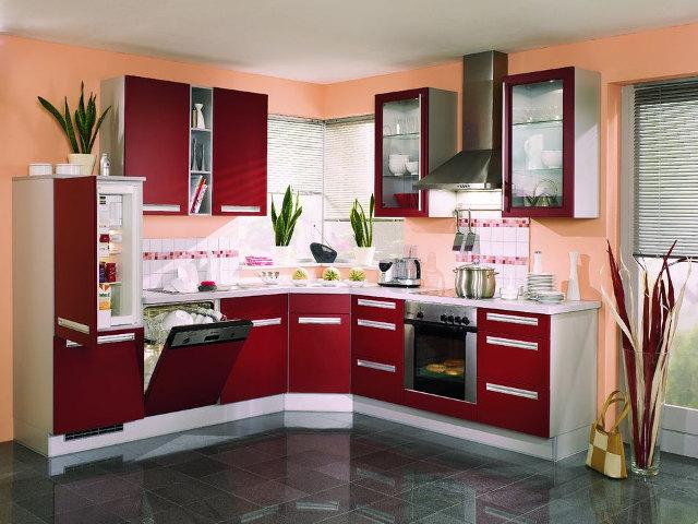 Маленькая угловая кухня красного цвета с белой столешницей