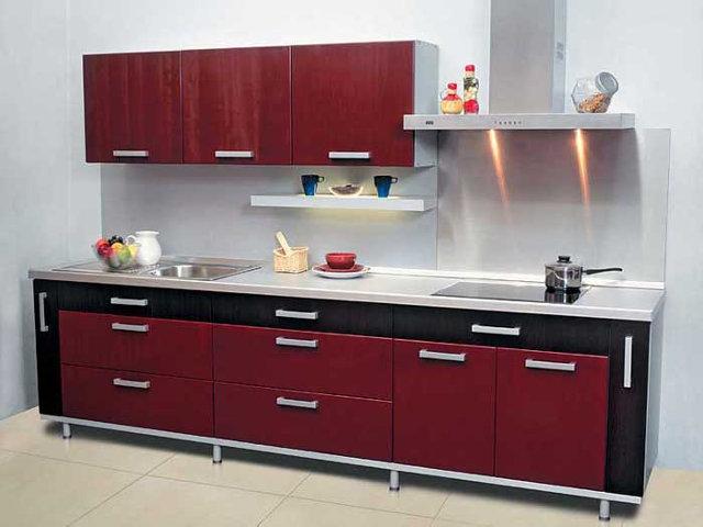 Небольшая кухня с вишневыми фасадами