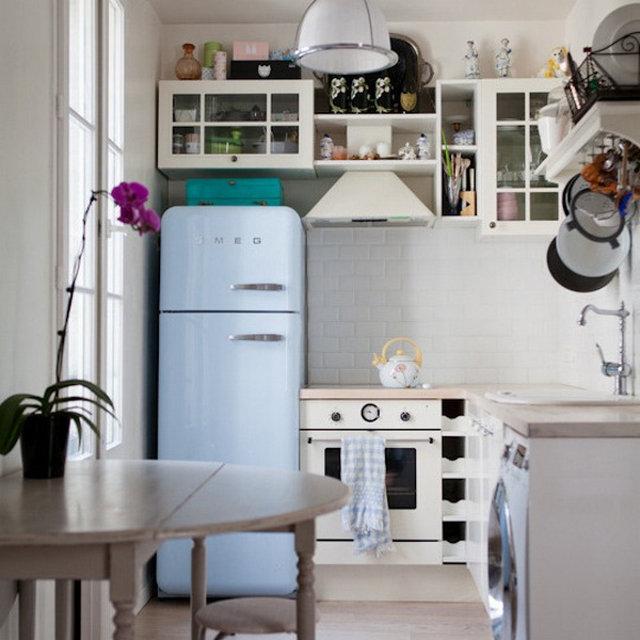 Меленькая ретро кухня в светлых тонах