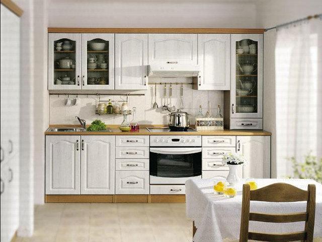 Небольшая, белая кухня в классическом стиле