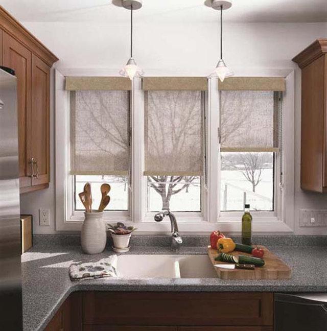 Дизайн кухни с окном в загородном доме