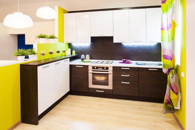 Маленькая современная кухня (низ: венге, верх: белый глянец)