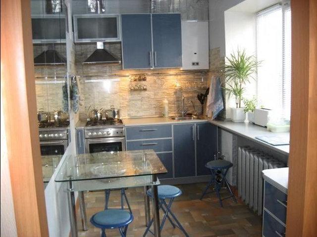 Традиционный интерьер маленькой кухни с окном