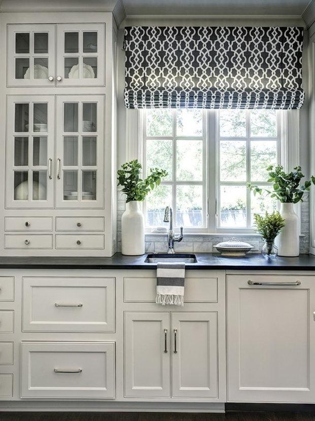Оригинальное использование пространства вокруг окна на кухне