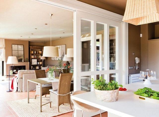 Передвижная стеклянная перегородка между классической кухней и гостиной