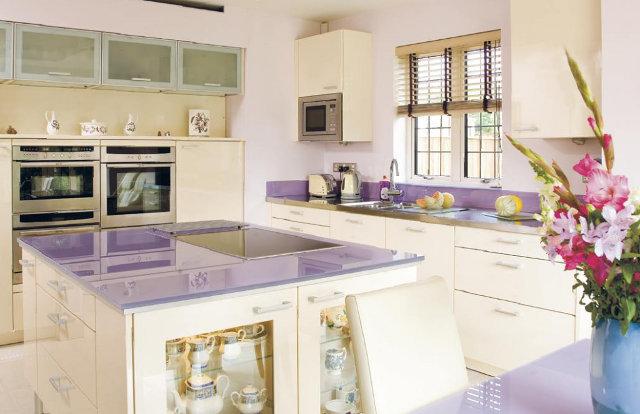Кухня с глянцевой столешницей нежного сиреневого цвета