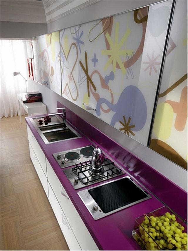 Белая кухня с фиолетовой столешницей