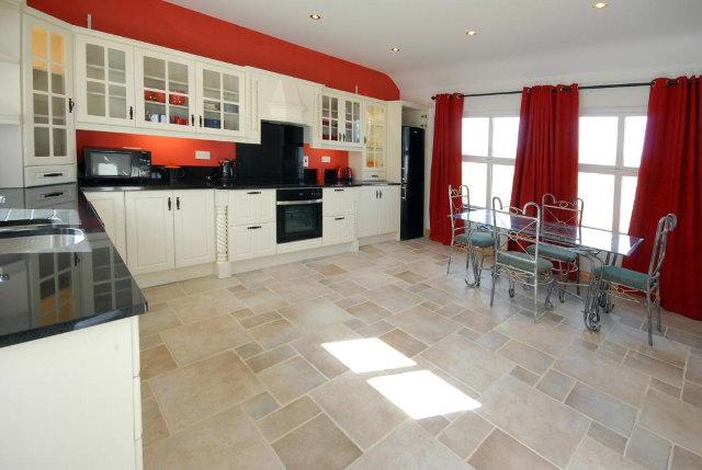 Бело-черно-красная кухня в интерьере