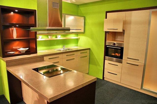 Бежевая кухня с салатовыми стенами