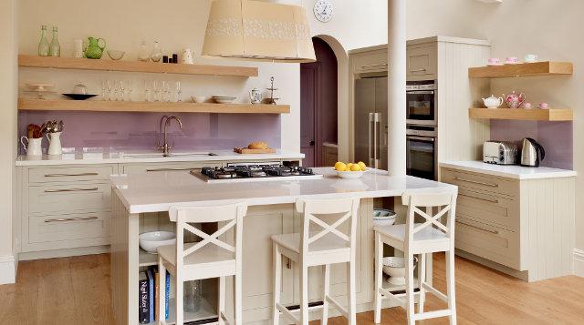 Белая кухня с сиреневым фартуком