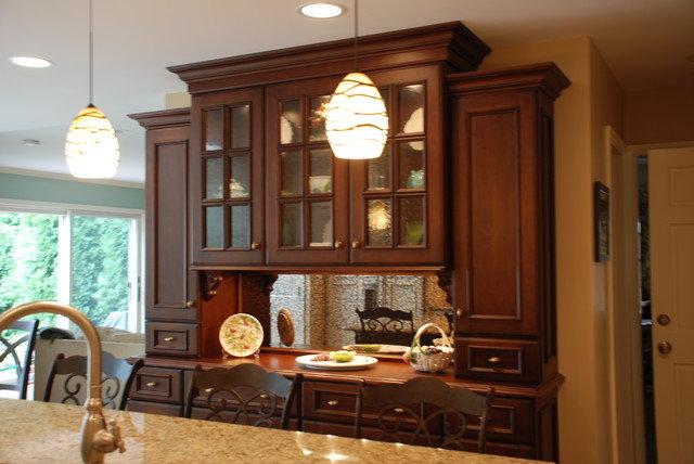 Буфет в классическом стиле в интерьере кухни-столовой