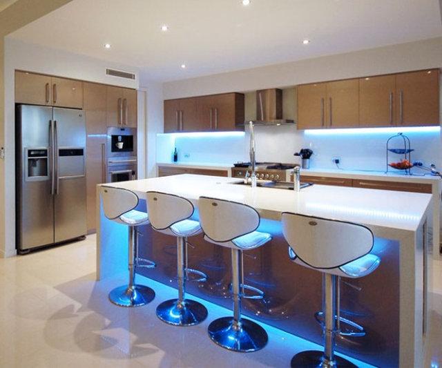 Пример оформление гарнитура и острова на кухне светодиодной лентой