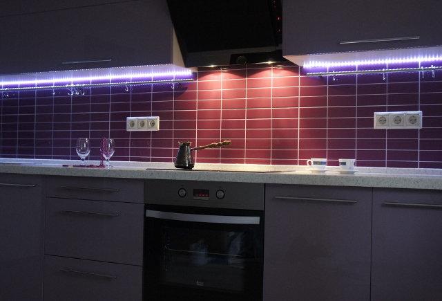 Декоративное освещение рабочей поверхности цветной светодиодной лентой
