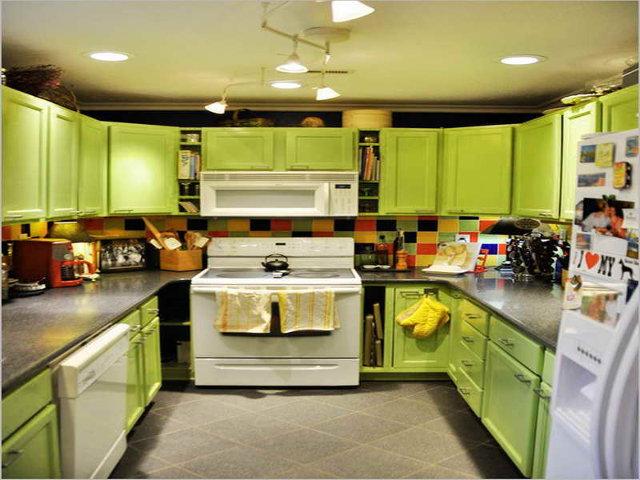 Зеленая кухня с серой столешницей