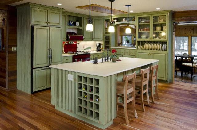 Дизайн бледно-зеленой кухни в классическом стиле
