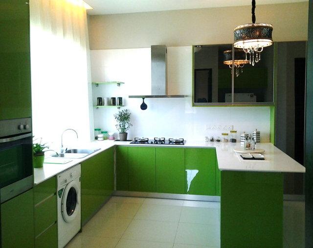 П-образная кухня зеленого цвета