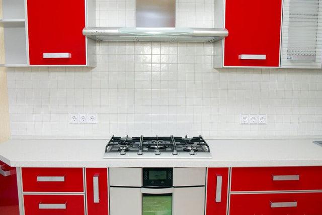 Красная кухня с белой столешницей и фартуком