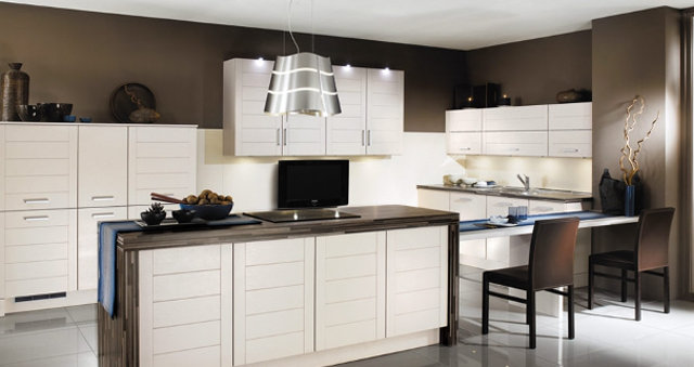 Стильный интерьер коричнево-белой кухни