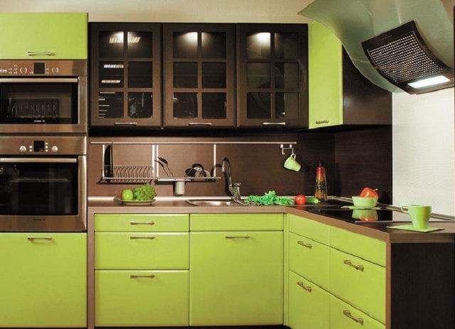 Кухонный гарнитур с коричневыми и салатовыми фасадами