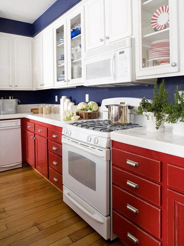 Бело-красная кухня в ретро-стиле