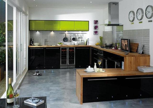 Сочетание цветов лайма, коричневого и черного в дизайне кухни