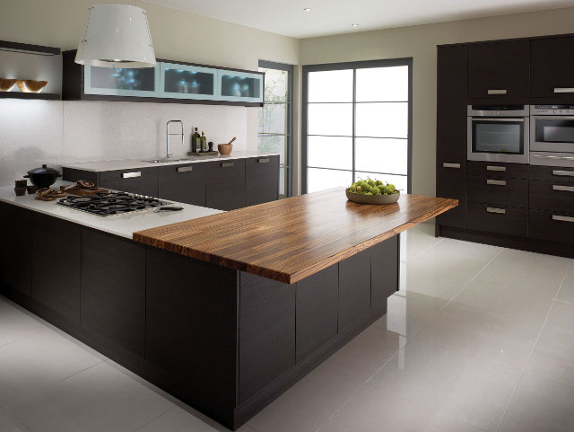 Кухня цвета венге с белой столешницей