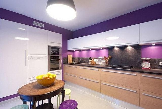 Бежево-белая кухня с фиолетовыми стенами