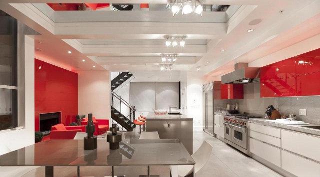 Кухня-столовая с красно-белых тонах