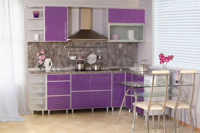 Маленькая кухня сиреневого цвета
