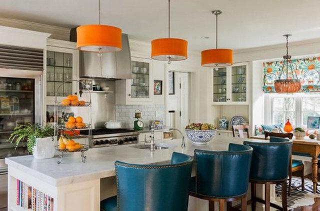 Оранжевая люстра в кухне - вариант игры на контрастах