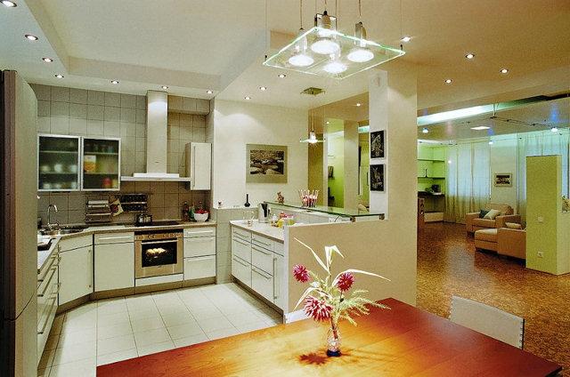 Пример использование точечных светильников в зонировании и освещении кухни